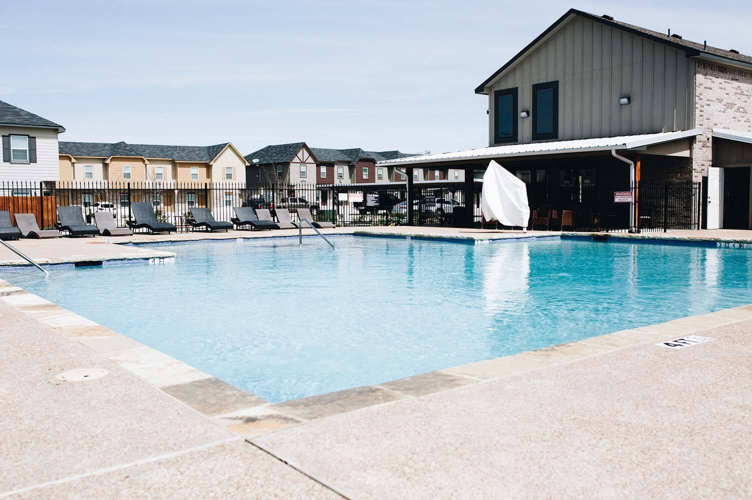 a picture of the pool at creekside townhomes